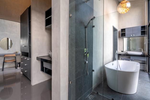 El baño de lujo loft cuenta con bañera con flores. Foto Premium