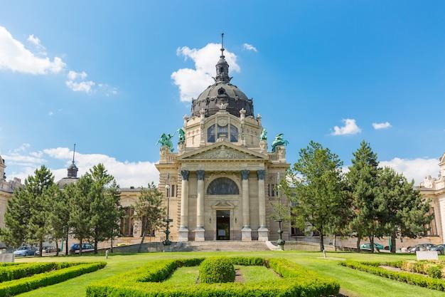 El baño szechenyi en budapest, hungría Foto Premium