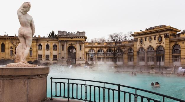 El baño termal de szechenyi, el baño medicinal más grande de europa. Foto Premium