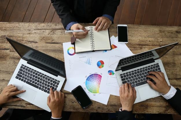 Banquero grupo de personas de negocios trabajando con ordenador portátil y tabla de documentos financieros Foto Premium