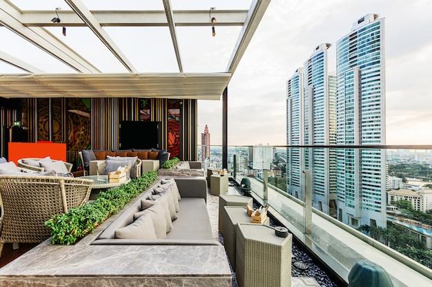 Bar en la azotea al aire libre con techo móvil blanco y sofá al aire libre Foto Premium