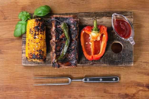 Barbacoa de carne y verduras Foto Premium