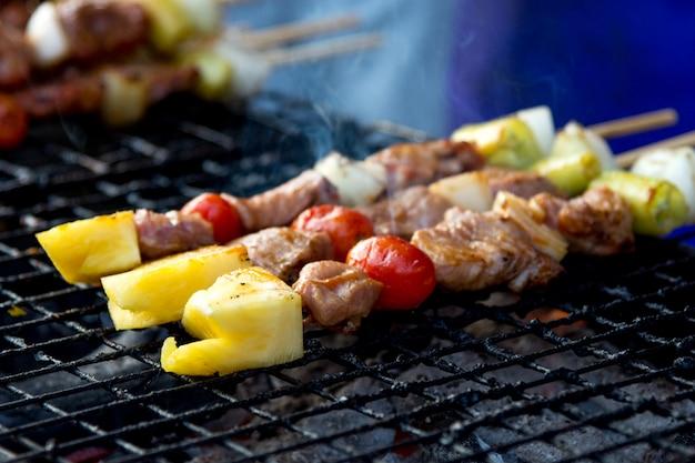 Barbacoa de cerdo a la parrilla, deliciosa en la comida de la calle, barbacoa a la parrilla Foto Premium