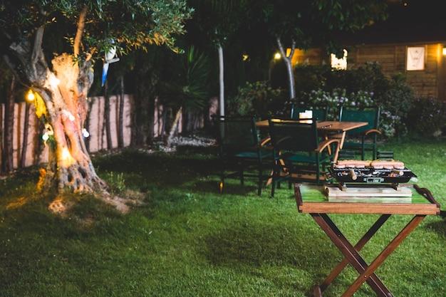 barbacoa nocturna en el jardn foto gratis