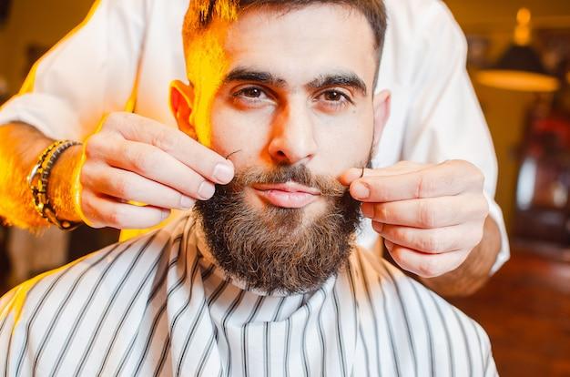 Barber hace un bigote de peinado Foto Premium