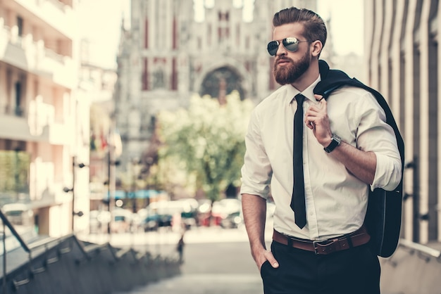 Barbudo hombre de negocios en traje clásico y gafas de sol. Foto Premium