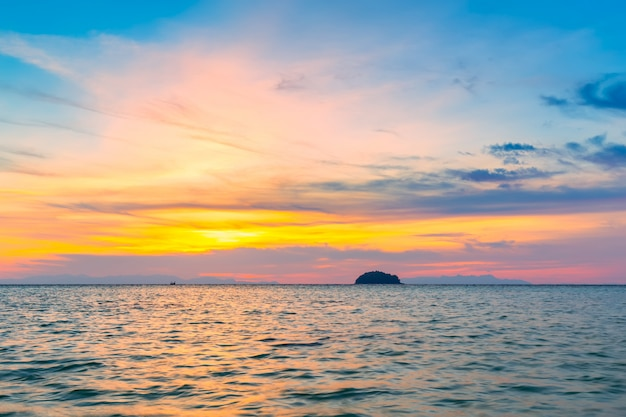 Barco de cola larga en la playa de arena en la mañana en la isla tropical en tailandia Foto Premium