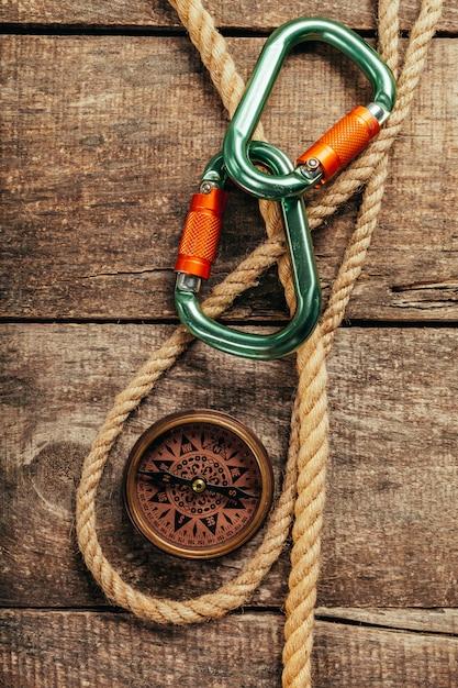 Barco cuerdas y brújula en madera Foto Premium