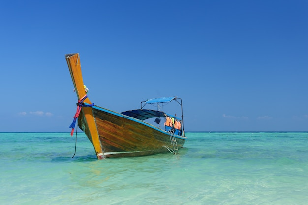 Barco y hermoso océano azul Foto Premium
