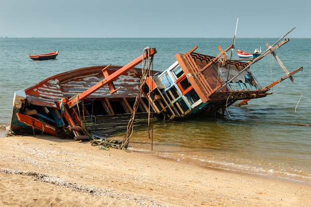 Barco de pesca se estrelló se encuentra en su lado Foto Premium