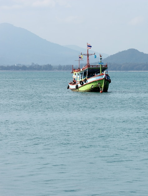 Barco de pesca en el mar tailandia Foto gratis