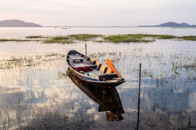 Barco de pesca con puesta de sol en el embalse de bang phra, sriracha chon buri, tailandia Foto Premium