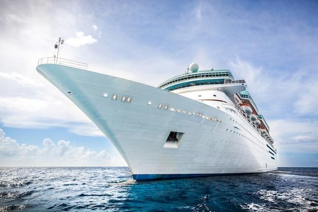 El barco de royal caribbean navega en el puerto de las bahamas Foto Premium