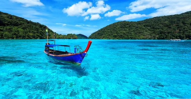 Barco turístico de cola larga en el mar en la isla de surin Foto Premium