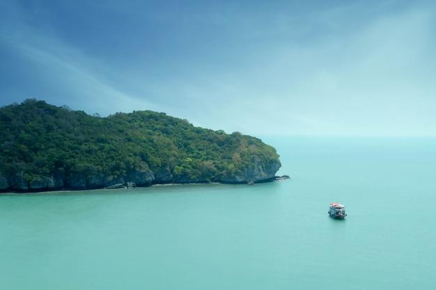 Barco de viaje en el mar con pequeña isla, parque nacional marino mu koh angthong, tailandia Foto Premium