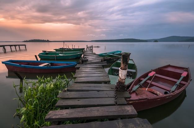 Barcos en el muelle después de la lluvia Foto Premium