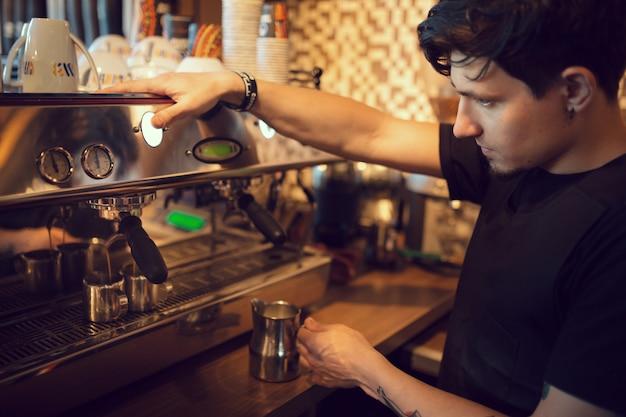 Barista en el trabajo en una cafetería. Foto gratis