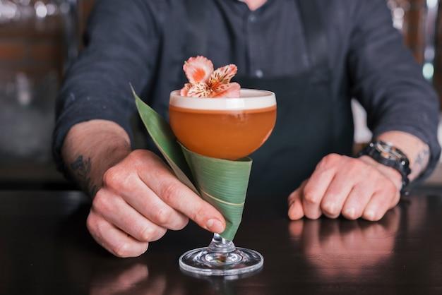 Barman preparando un coctel refrescante Foto gratis
