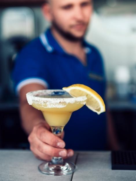 Barman sirviendo una bebida en un pub Foto gratis