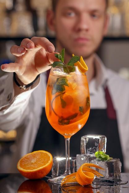 Barmen está haciendo un cóctel aperol spritz Foto Premium