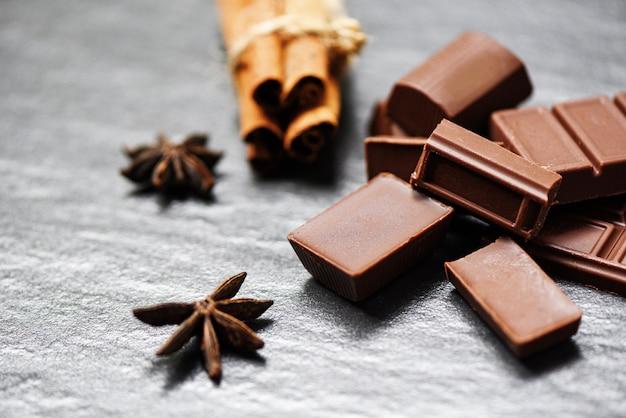 Barra de chocolate y especias sobre fondo oscuro dulce postre dulce para merienda Foto Premium