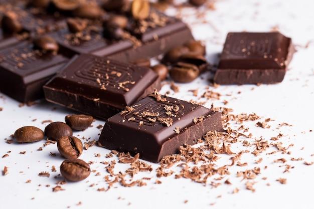 Barra de chocolate y granos de café. Foto gratis