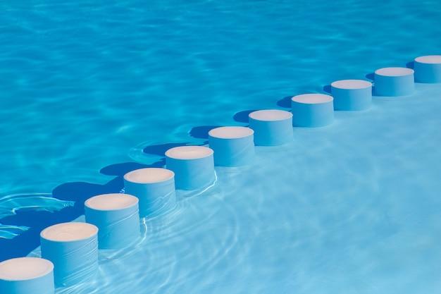Barras de piscina zona infantil bajo el cielo. Foto Premium