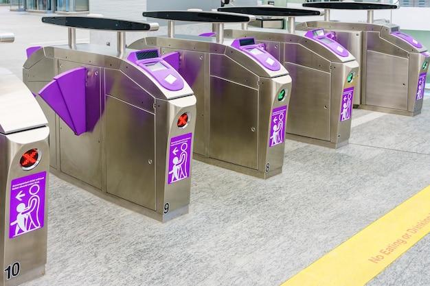 Barreras automáticas de boletos en la entrada del metro para tren, ferrocarril, metro Foto Premium