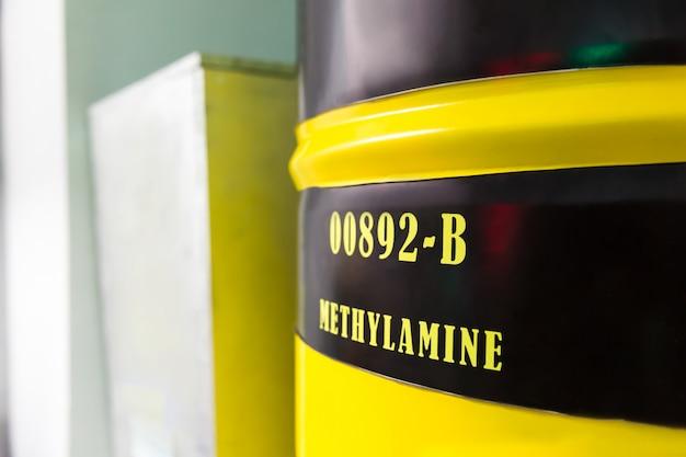 Barril con metilamina Foto Premium