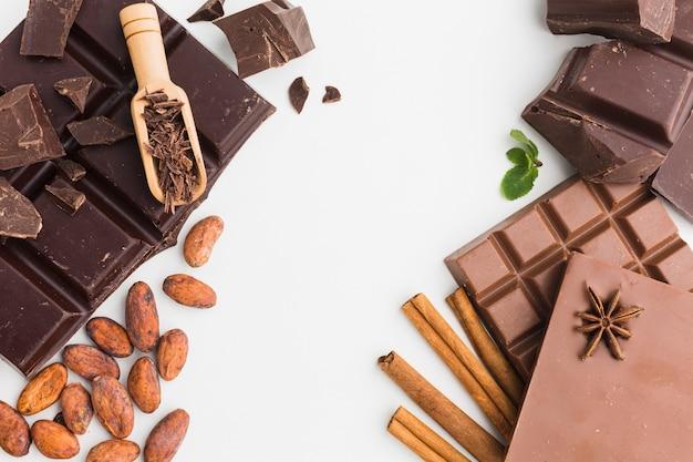 Barritas de chocolate con cuchara de madera Foto gratis
