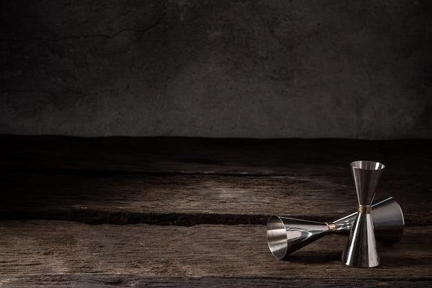 Bartender equipment shaker colador jigger en madera con espacio de copia Foto Premium
