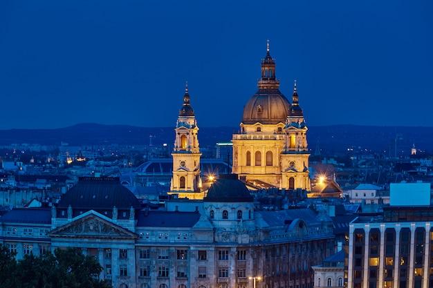 Basílica de san esteban en la noche hora azul en budapest Foto Premium