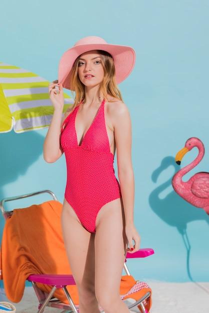 Bastante femenina de pie en traje de baño brillante Foto gratis