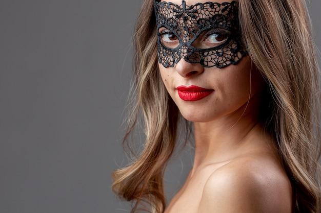 Bastante joven con máscara de carnaval Foto gratis