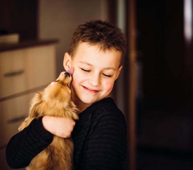 Bastante, niño, abrazos, poco, perro Foto gratis