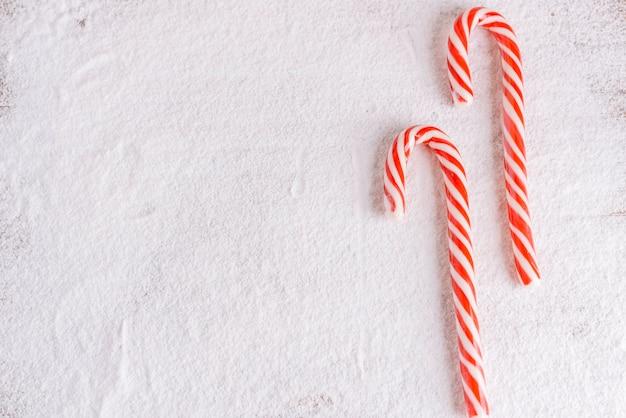 Bastones de caramelo rayados en azúcar en polvo Foto gratis