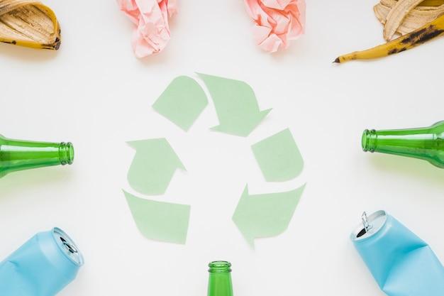 Basura con símbolo de reciclaje de papel Foto gratis