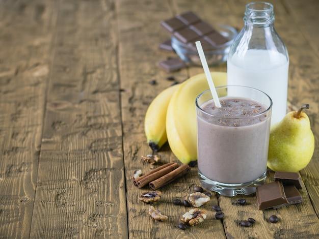 Batido de chocolate con leche, canela y plátano. Foto Premium