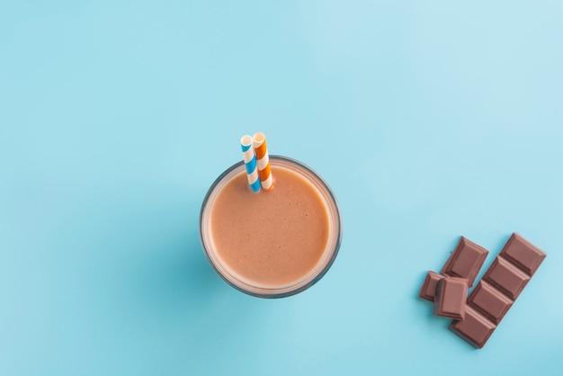 Batido de chocolate sobre fondo de color fluor Foto Premium