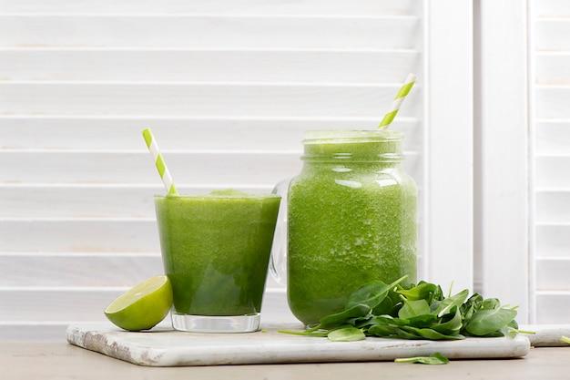 Batido de desintoxicación verde. recetas de batidos para bajar de peso rápidamente Foto gratis