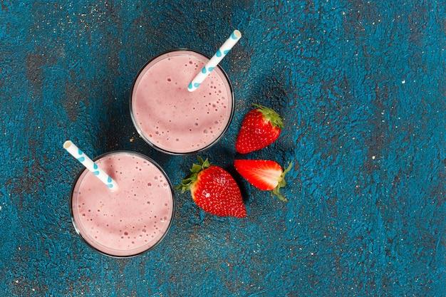 Batido de fresa en vasos Foto Premium
