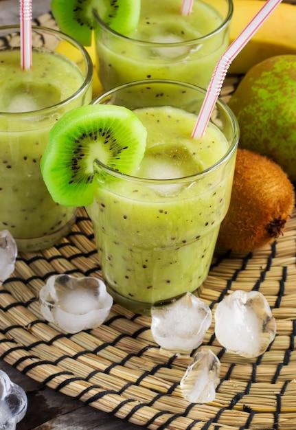 Batido de frutas con kiwi, plátano y pera. Foto Premium