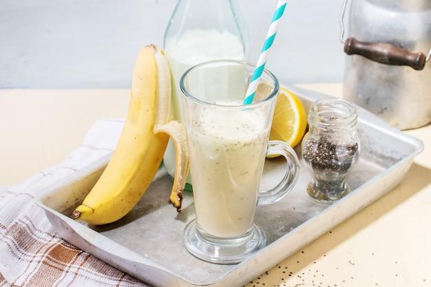 Batido de leche y plátano Foto Premium