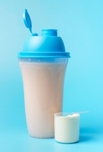 Un batido de proteínas y una cucharada de azul Foto Premium