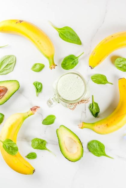 Batido saludable con plátano y espinacas baby Foto Premium