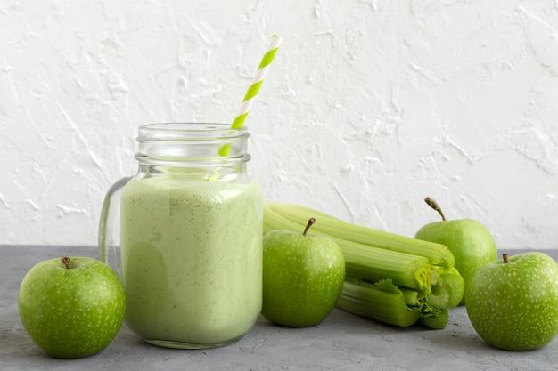 Batido verde de desintoxicación saludable en un tarro de albañil. Foto Premium