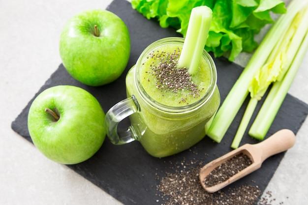 Batido verde mezclado con ingredientes. superalimento, desintoxicación y concepto saludable. enfoque selectivo Foto Premium