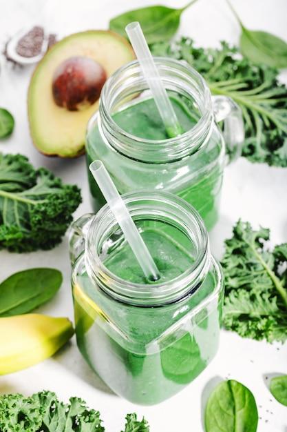 Batido verde recién hecho en botella Foto Premium