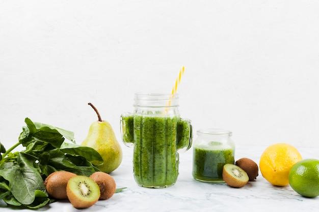 Batido verde saludable e ingredientes Foto gratis