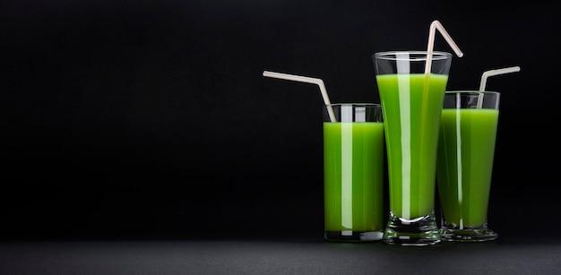 Batido verde sobre fondo negro Foto Premium